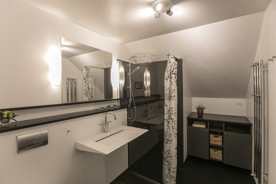 Accommodation bathroom, FaroeGuide